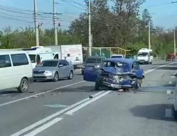 В Перевальном столкнулись микроавтобус и легковушка
