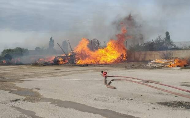 Пожарный поезд в Симферополе тушил загоревшиеся шпалы