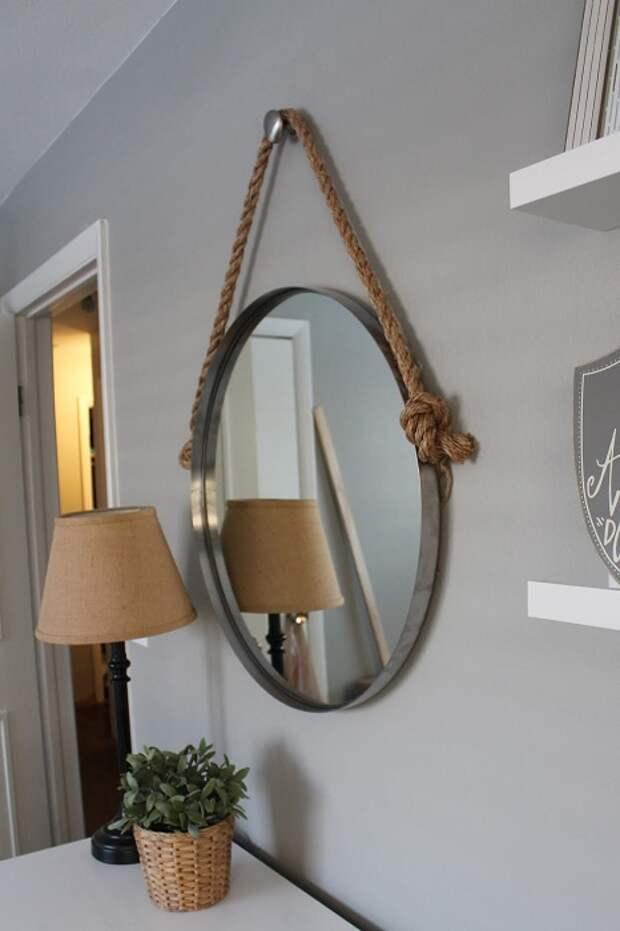 Круглое зеркало на канате – идеальное решение для помещения в морском стиле.