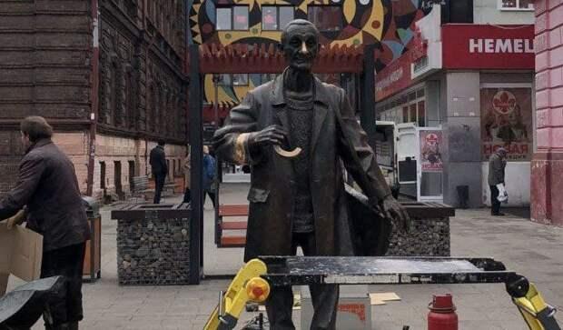 Памятник Поздееву в Красноярске оставили без рук и зонта
