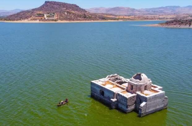 Старая церковь поднялась из озера в Мексике