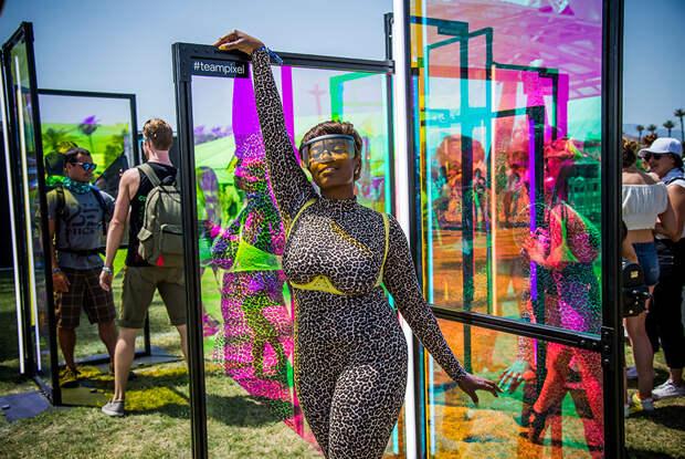 Посетительница фестиваля на инсталляции