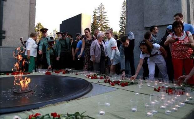 Тысячи свечей зажгли на Монументе Славы в Новосибирске