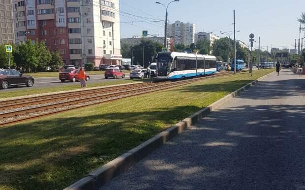 Трамваи №6 задерживаются на улице Героев Панфиловцев из-за ЧП с пешеходном