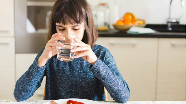 Диетолог назвал напитки, которыми не вредно запивать еду