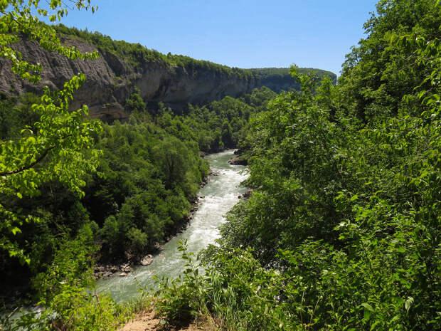 Вид с тропы на Хаджохский каньон реки Белой, вдали хребет Унакоз.