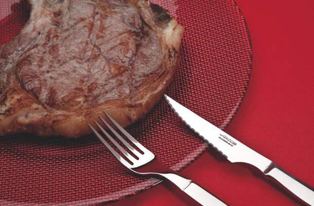 Правила поваров, благодаря которым ножи служат дольше: не класть в раковину и не резать на столе