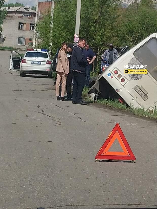 Автобус рухнул в кювет под Новосибирском: трое получили травмы