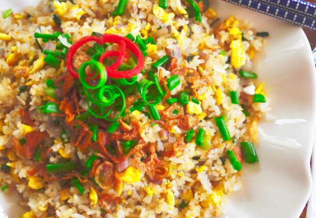 Жарим рис как омлет: добавили яиц и зеленый лук