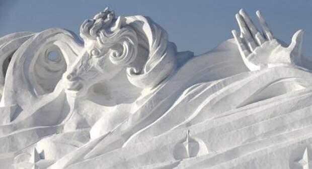 Гигантская скульптура из снега