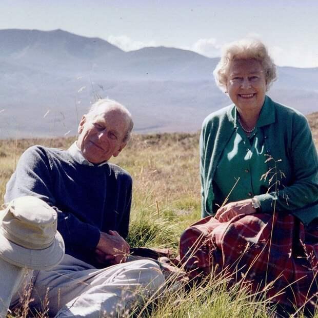 Королева Елизавета II поделилась личным снимком с принцем Филиппом за день до похорон