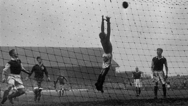 У советского вратаря «Динамо» Хомича едва не забрали трусы во время турне-1945 по Англии: «Британка с накрашенными губами вцепилась в них пальцами»