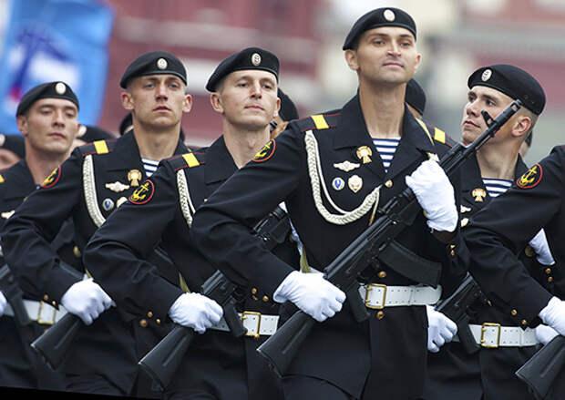 Морские пехотинцы Каспийской флотилии провели мини-концерт для ветерана Великой Отечественной войны