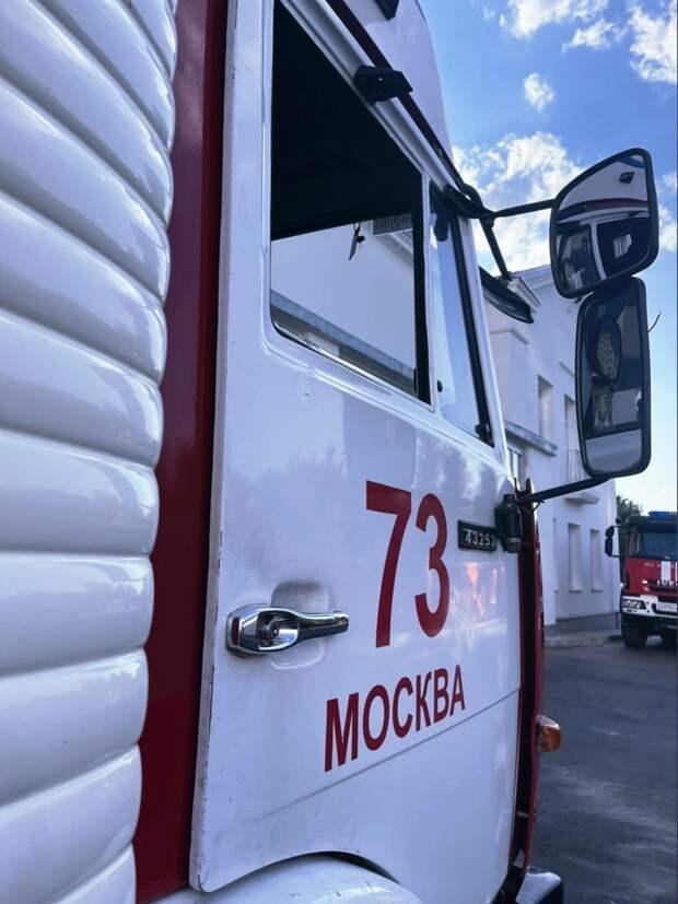 Пожарные ликвидировали возгорание во дворе дома на Дежнёва