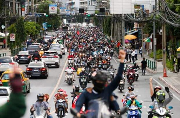 Власти Таиланда отменили приказ об «общественном страхе» из-за протестов