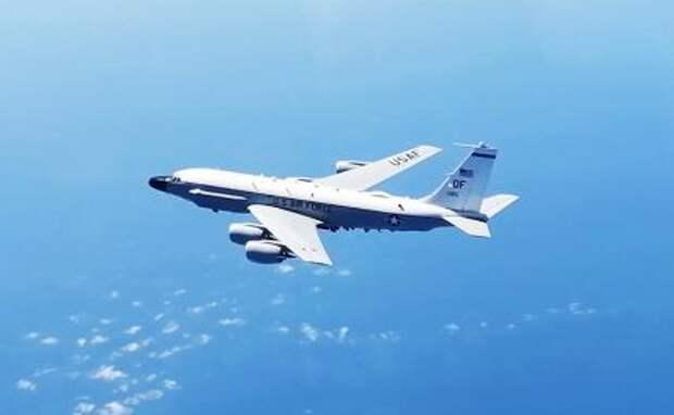 На фото: разведывательный самолет RC-135 ВВС США над нейтральными водами Черного моря.