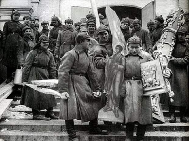 Большевики выносят церковное имущество