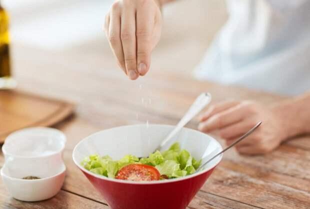 Добавляйте в салат соль крупного помола. / Фото: womy.ru