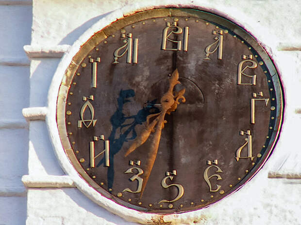 Башенные часы в Суздальском кремле. Simm (CC BY-SA 2.5)