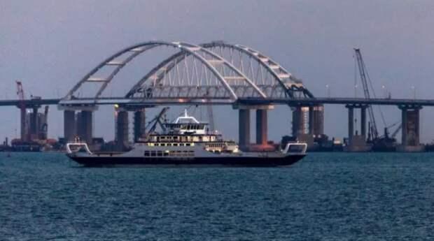 Под арками Крымского моста прошли боевые корабли (ВИДЕО)