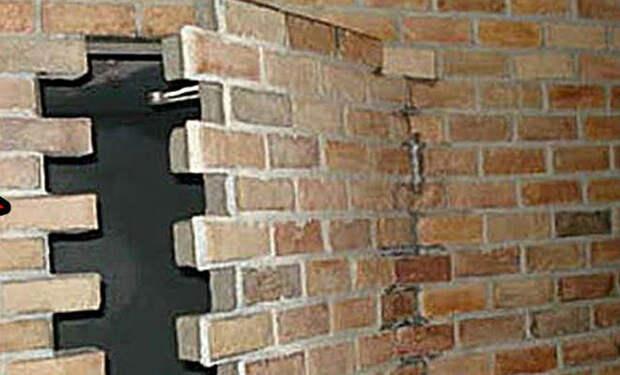 7 случайных находок в стенах домов: клады, артефакты и змеи