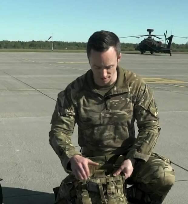Что в рюкзаке у пилота вертолёта Apache: рассказывает британский офицер
