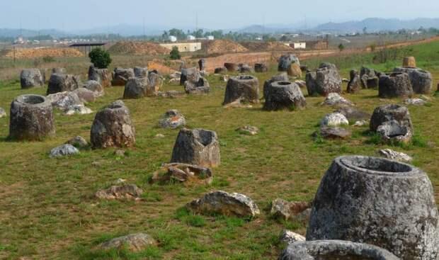 Ученые установили возраст загадочных каменных кувшинов в Лаосе