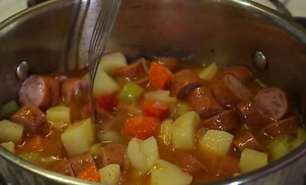 Тушим картошку с сосисками: кастрюля еды на всех за 30 минут