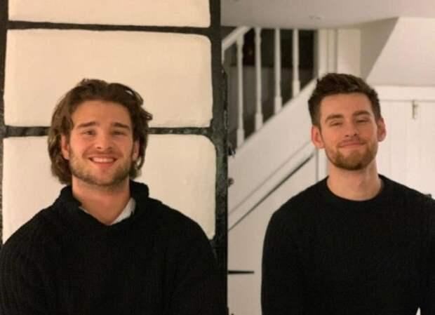 Фотография братьев выглядит как коллаж в стиле «До и после»