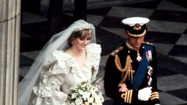 Кусок торта со свадьбы принцессы Дианы выставили на продажу в Англии