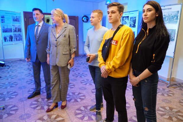 Фотовыставки «Первый: Гагарин и Куба» открылись в один день в двух университетах Крыма