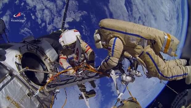 """Одна американка и двое россиян вернулись на корабле """"Союз МС-17"""" с МКС на Землю"""