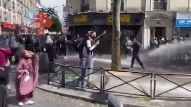 В Париже полиция начала стрелять резиновыми пулями в демонстрантов