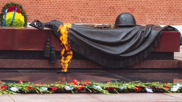 Жители Анапы вместе с главой города возложили цветы к Вечному огню
