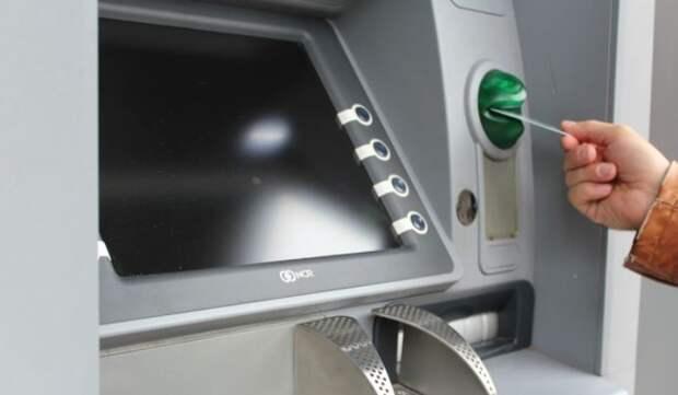 Специалист рассказал, как вернуть «зажеванную» карту из банкомата