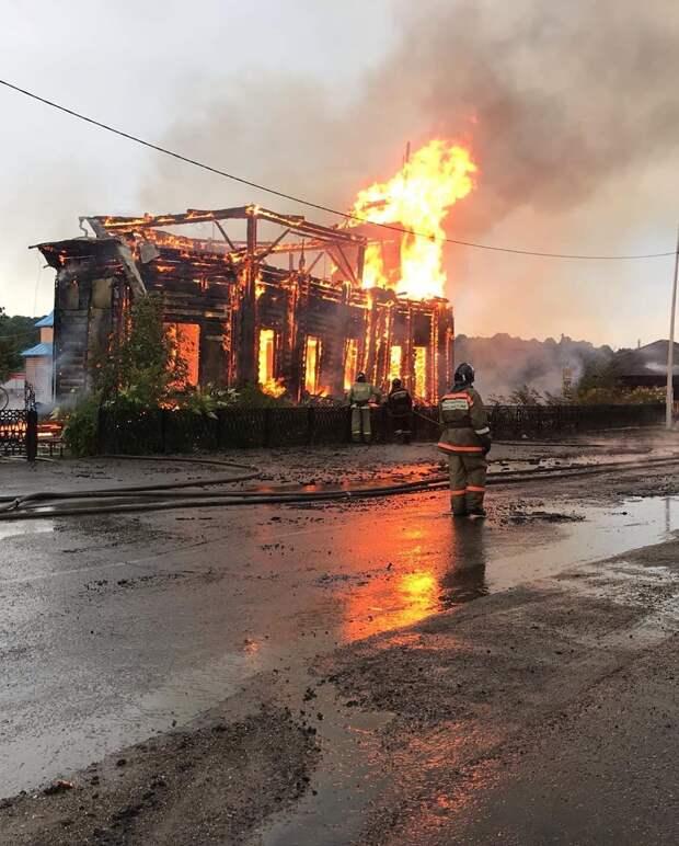 Старинный храм полностью сгорел в Томской области