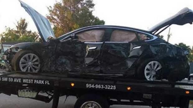 Водитель Tesla выжил, врезавшись на большой скорости в дом