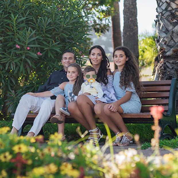 Ян Абрамов и Алсу с дочерьми Микеллой и Сафиной и сыном Рафаэлем