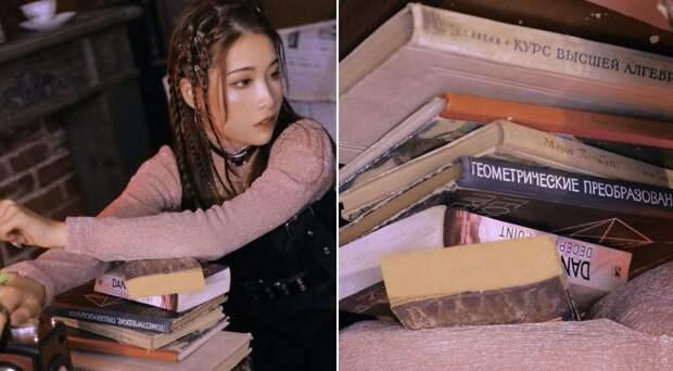 Оказывается, азиатки любят фотографироваться с советскими книгами. Выглядит странно