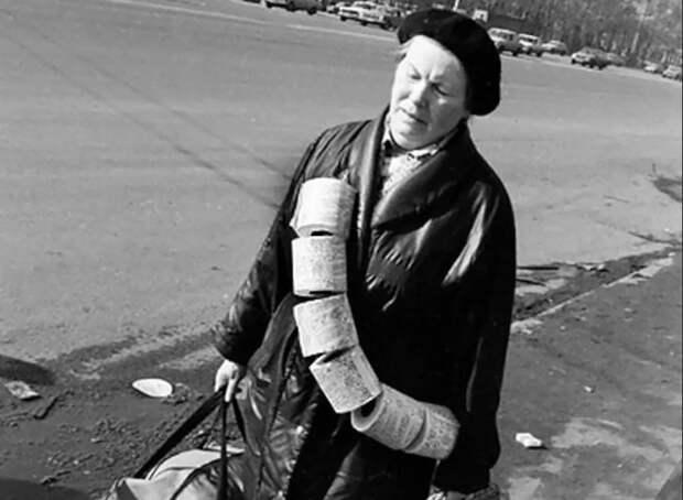 Промышленность не успевала обеспечивать население туалетной бумагой / Фото: yandex.ua