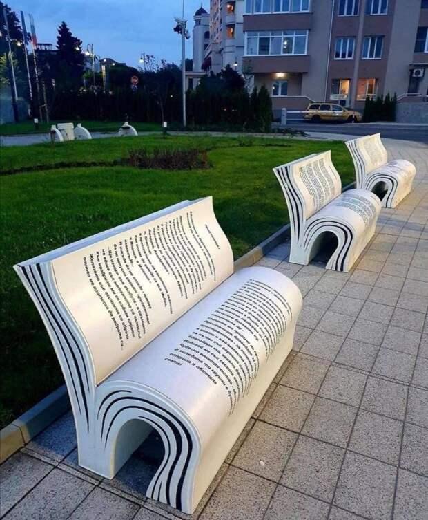 Скамейки в виде книжек