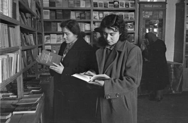 Книги в СССР тоже были дефицитным товаром / Фото: sovtime.com