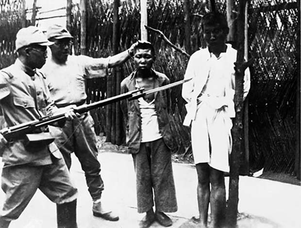 Японские солдаты с китайскими подростками перед казнью