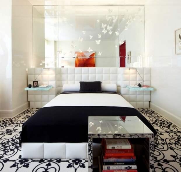 Интересное решение украсить зеркальную стену в спальне бумажными бабочками