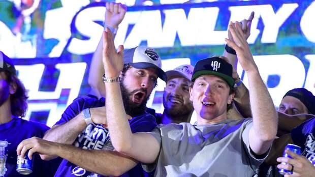Русский хоккеист Кучеров поил пивом владельца клуба, на Кубке Стэнли появилась вмятина. Чемпионский парад «Тампы»