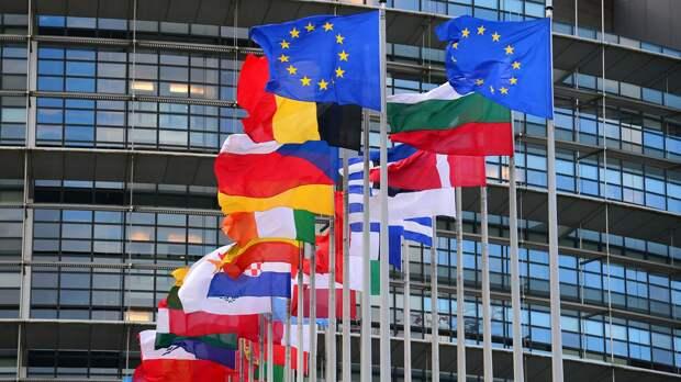 Флаги стран Евросоюза перед главным зданием Европейского парламента в Страсбурге - РИА Новости, 1920, 23.04.2021