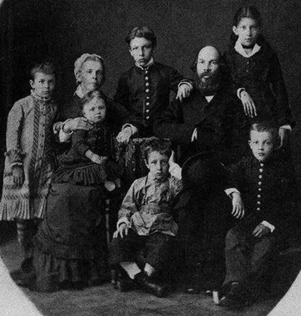 Семья Ульяновых, 1879 год, Симбирск. Маленьки Владимир Ильич сидит крайний справа