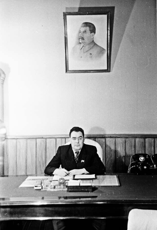 Первый секретарь Днепропетровского обкома КП(б) У Л.И. Брежнев в рабочем кабинете. Февраль 1946 года. Фото: РИА Новости