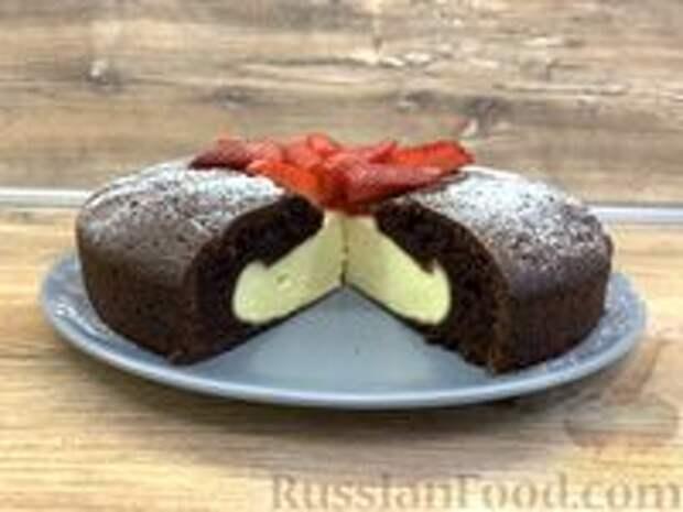 Фото приготовления рецепта: Шоколадный пирог-ватрушка с творожной начинкой - шаг №10