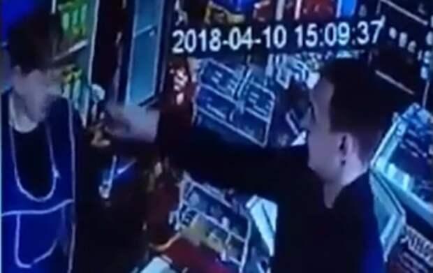 В Зауралье нетрезвый мужчина выплеснул йод в лицо продавцу (ВИДЕО)